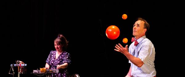 Espièglerie, de Jamie Adkins, avec Jamie Adkins et Julie Houle, au Théâtre Simone Signoret à Conflans-Sainte-Honorine, en ouverture du Festival Les Francos, le 28 mars 2019. ©Joseph Banderet